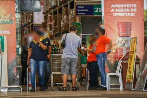 Supermercados seguem funcionando após às 20h, mas só com 1 pessoa por família