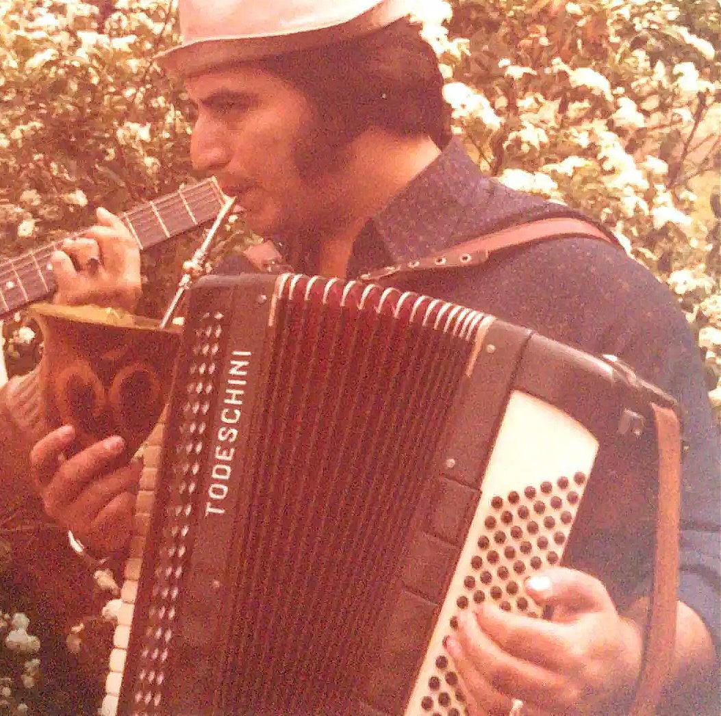 Registro de Ailton na sua juventude, sempre bebendo um chimarrão e com a sanfona debaixo do braço (Foto: Arquivo Pessoal)