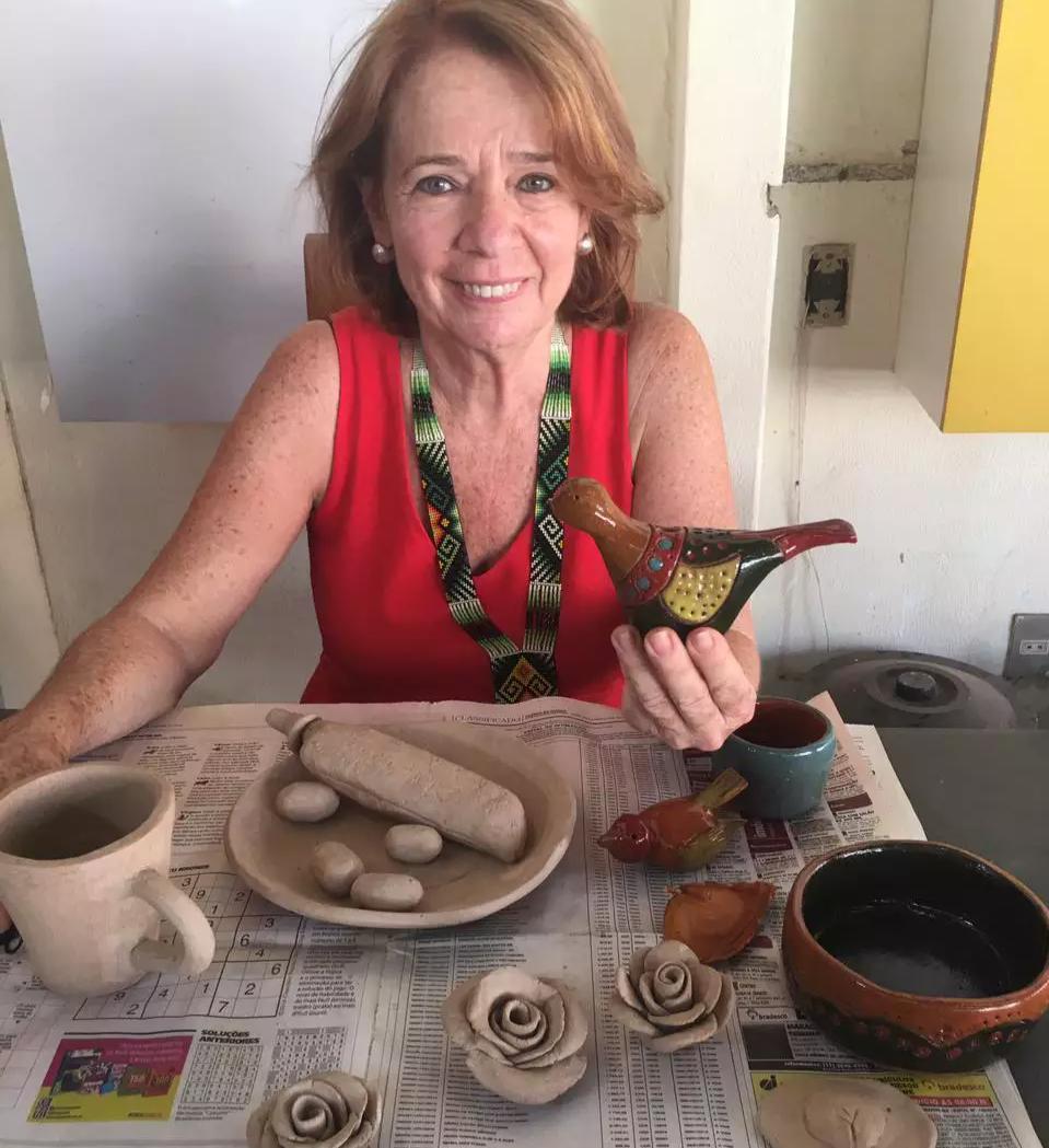 A jornalista aposentada Lu Bigatão produz peças em cerêmica e as pinta só há cinco meses (Foto: Arquivo Pessoal)