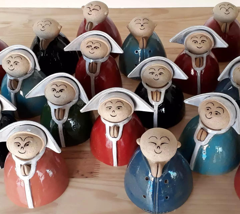 Mauro produz peças de cerâmica em formato e cara de monges e freiras há 17 anos (Foto: Reprodução/Facebook)