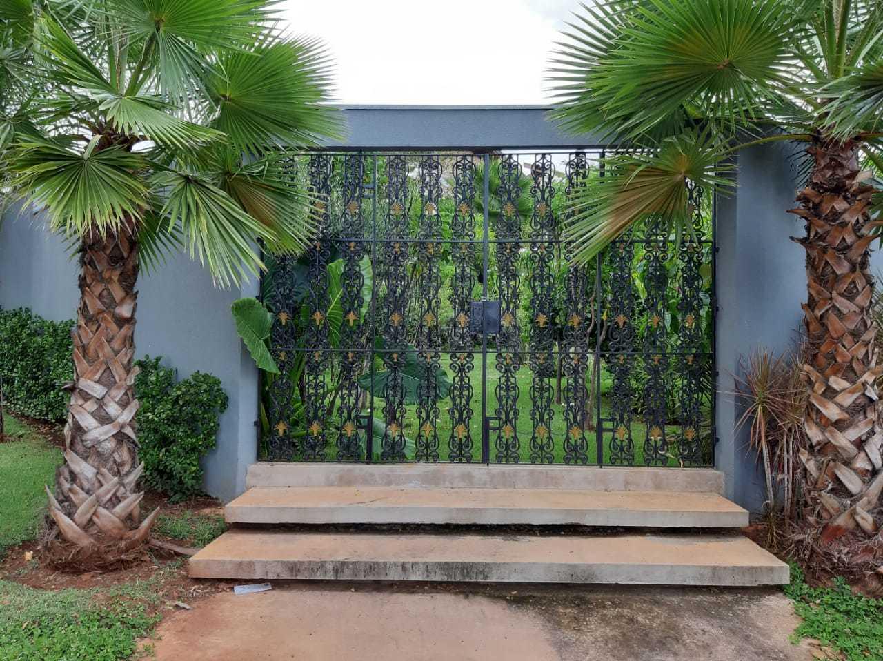 """Portão antigo que veio de São Paulo dá o tom de """"oasis"""" à entrada do terreno-jardim (Foto: Raul Delvizio)"""