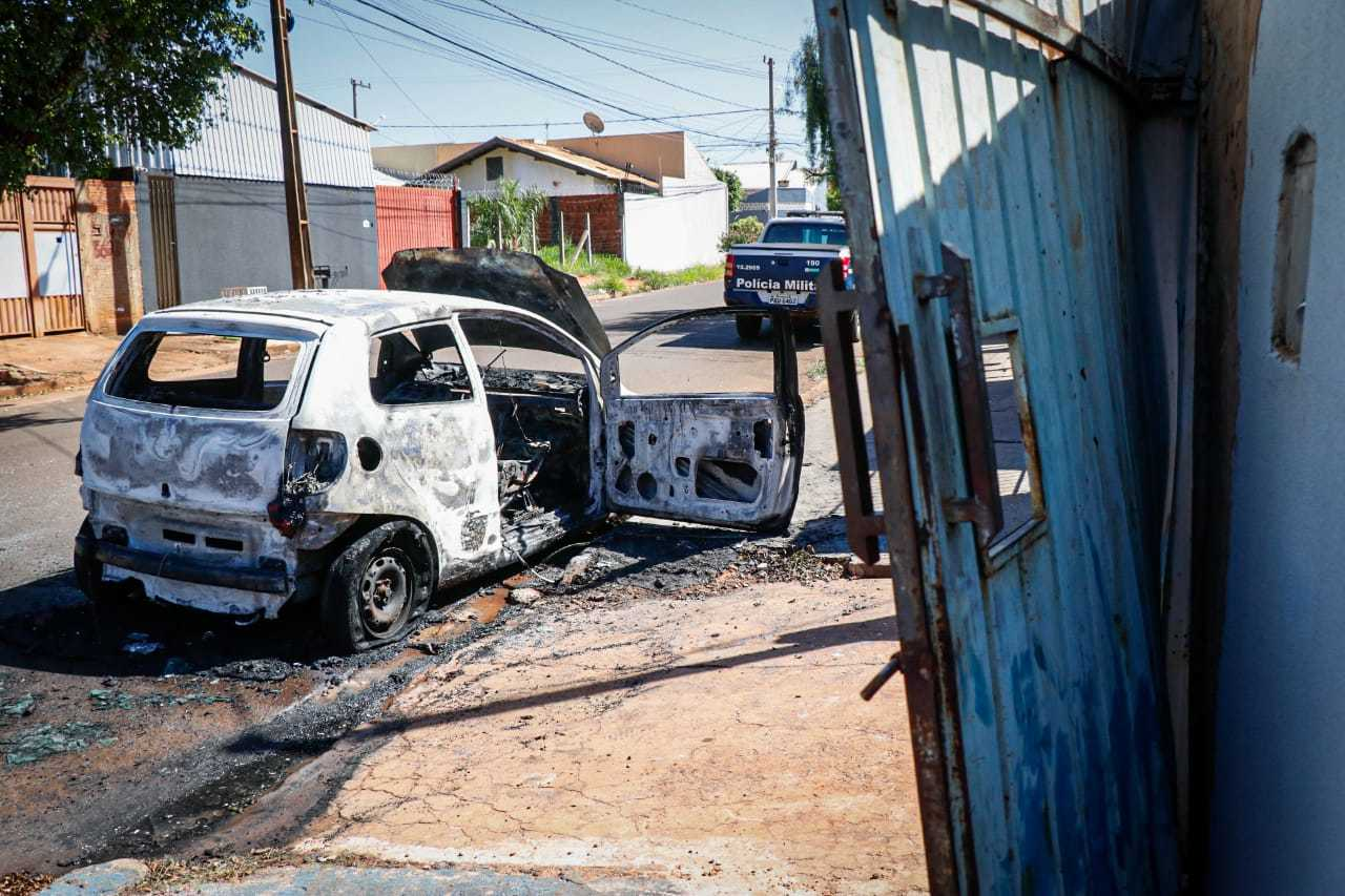 Carro, modelo Volkswagen Fox, destruído após incêndio criminoso; ex-marido é suspeito de quemar veículo de vendedora (Foto: Henrique Kawaminami)