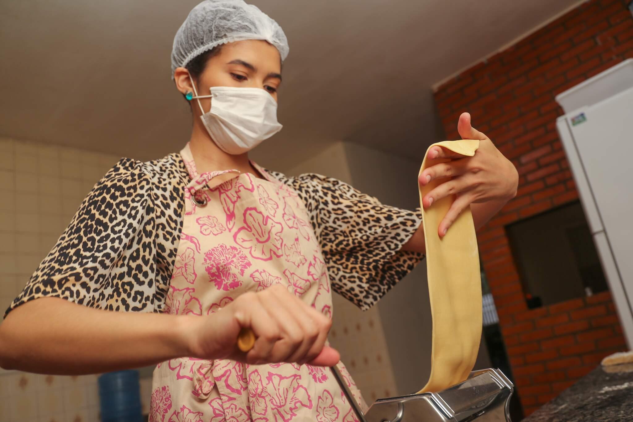 Marianna prepara vários tipos de massas artesanais, entre elas o clássico italiano rondelli Foto: Paulo Francis)