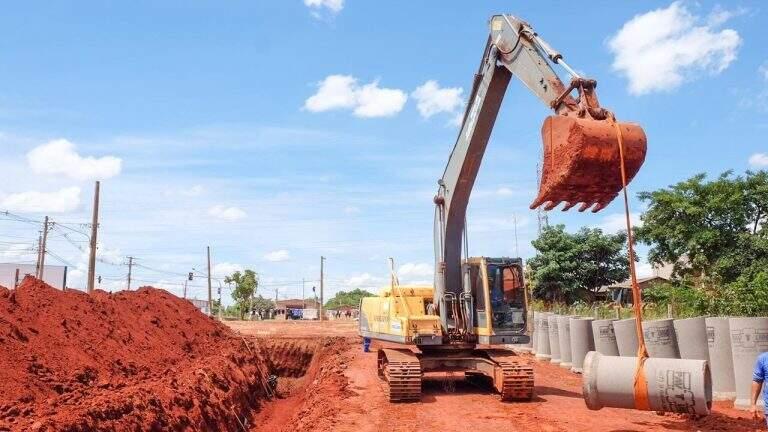 Máquina transportando as manilhas usadas na obra. (Foto: Karine Matos)