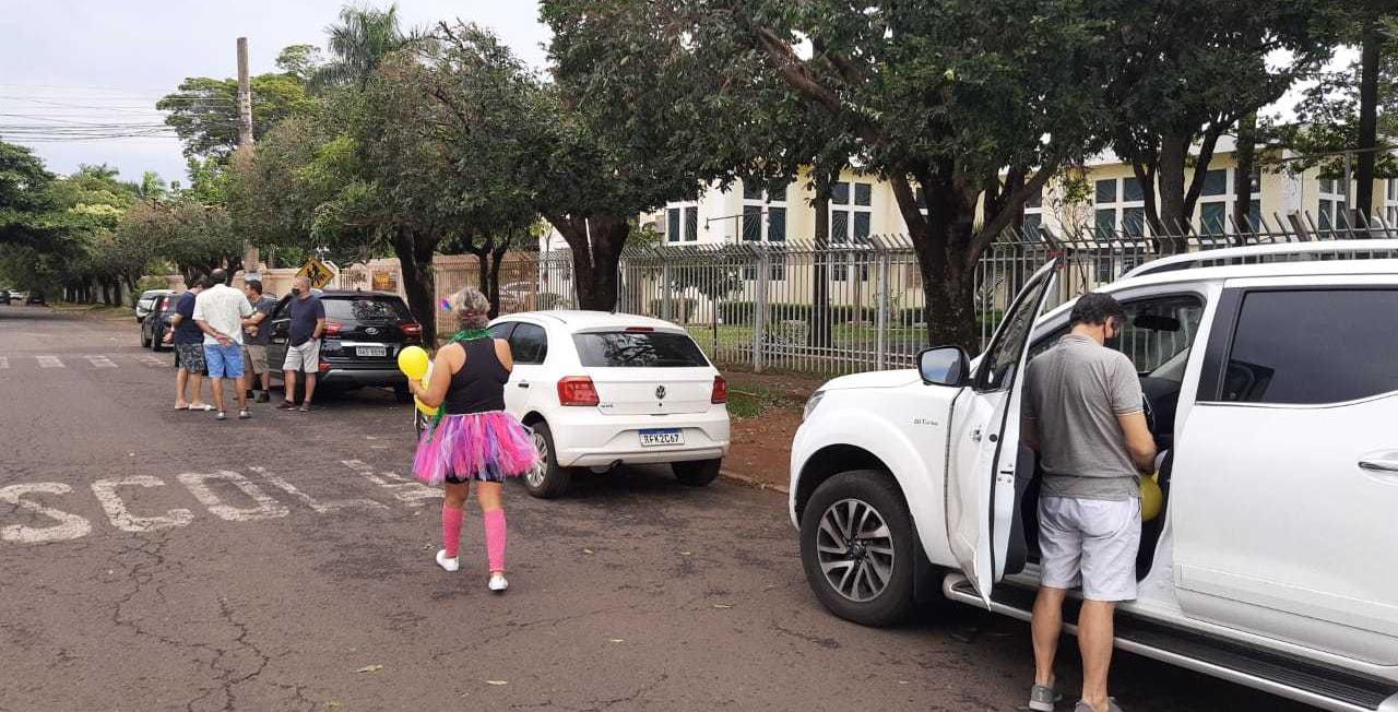 Cada carro dos familiares ficaram estacionado à distância uns dos outros; um de cada vez, passavam em frente a casa de Eulália (Foto: Arquivo Pessoal)
