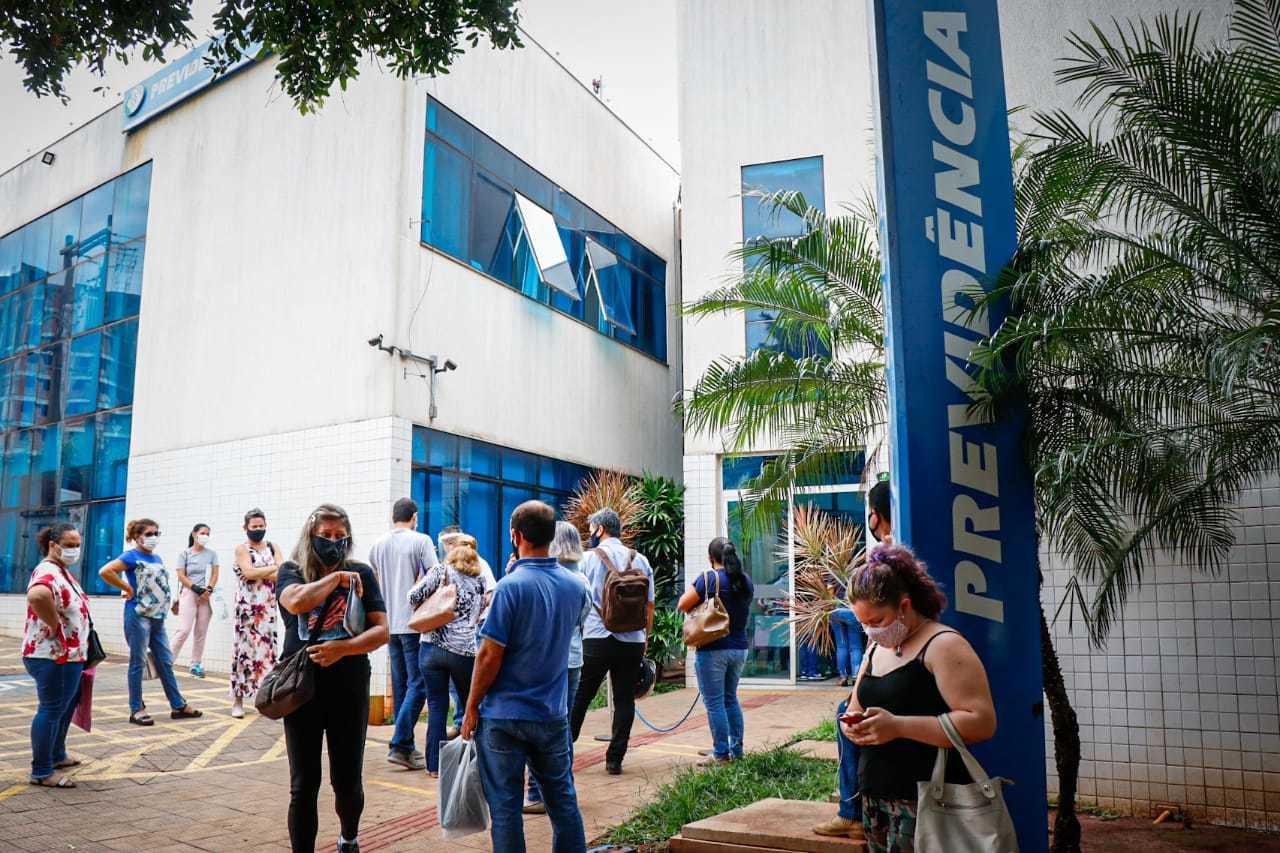 Fila em frente à Agência do INSS em Campo Grande (Foto: Henrique Kawaminami/Arquivo)