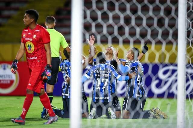 Jogadores resando após o resultado desta noite. (Foto: Grêmio/Fc)