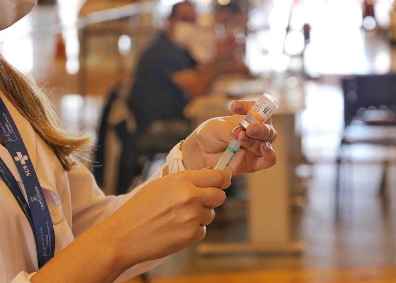 Dose de vacina contra covid-19 sendo manuseada por profissional (Foto: Paulo Francis)