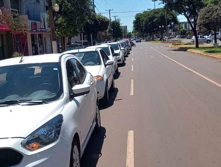 Carros de aplicativo parados no protesto do mês passado em Dourados (Foto: Arquivo)