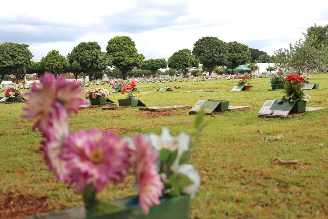 Túmulos no cemitério Memorial Park, em Campo Grande (Foto: Paulo Francis)