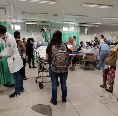Pronto-socorro da Santa Casa de Campo Grande estava tão lotado na quinta passada que pacientes eram atendidos sentados e acompanhantes ficaram em pé (Foto: Direto das Ruas)