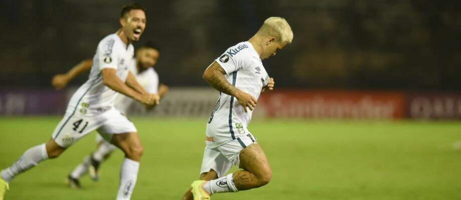 Comemoração dos jogadores durante a partida desta noite. (Foto: Santos/FC)