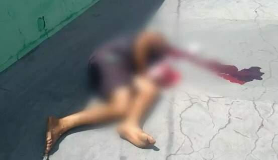 Vitima foi encontrada caída em uma calcaça com a cabeça sangrando. (Foto: Direto das Ruas)
