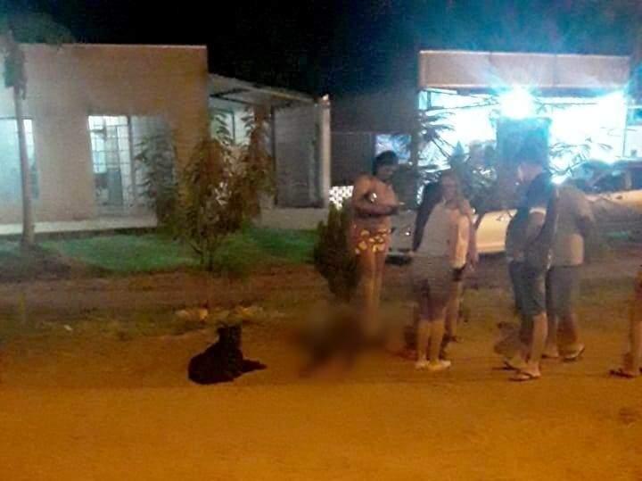 Um dos mortos no meio da rua em bairro de Capitán Bado (Foto: Direto das Ruas)