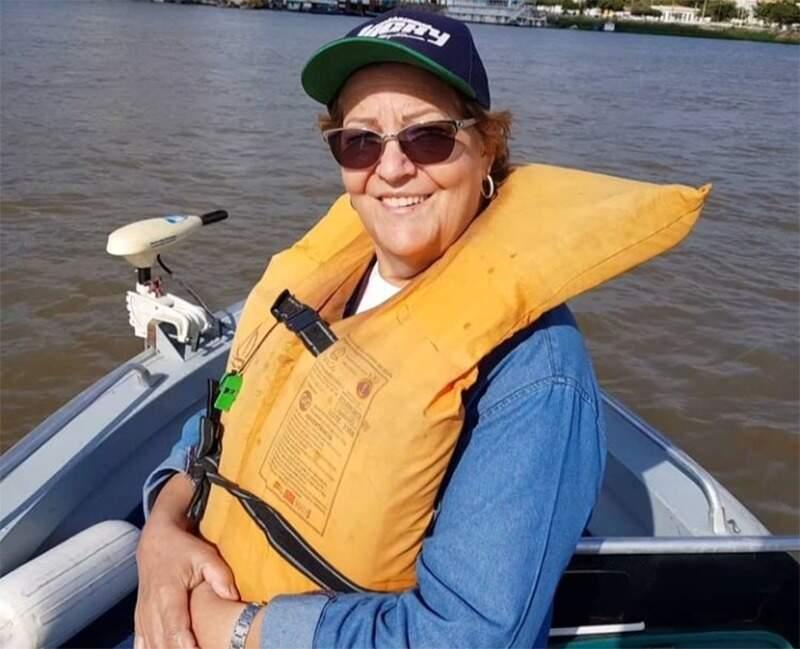 Loiva Pozza Mezacasa durante um passeio de barco. (Foto: Arquivo pessoal)
