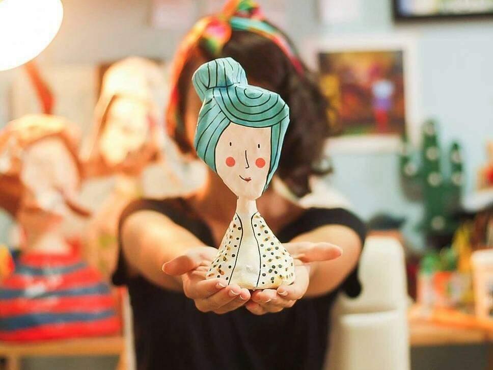 Imagem mostra boneco de papel machê feito pela artista plástica Sarah Caires, uma das referências no Estado. (Foto: Arquivo Pessoal)