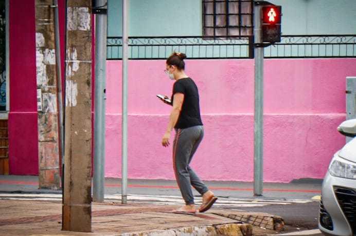 Nas ruas, é comum ver pessoas andando longos minutos olhando para a telinha do celular (Foto: Henrique Kawaminami)