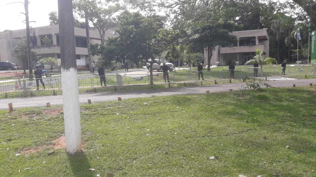 Polícia foi acionada para se postar na entrada da Governadoria (Foto: Direto das Ruas)