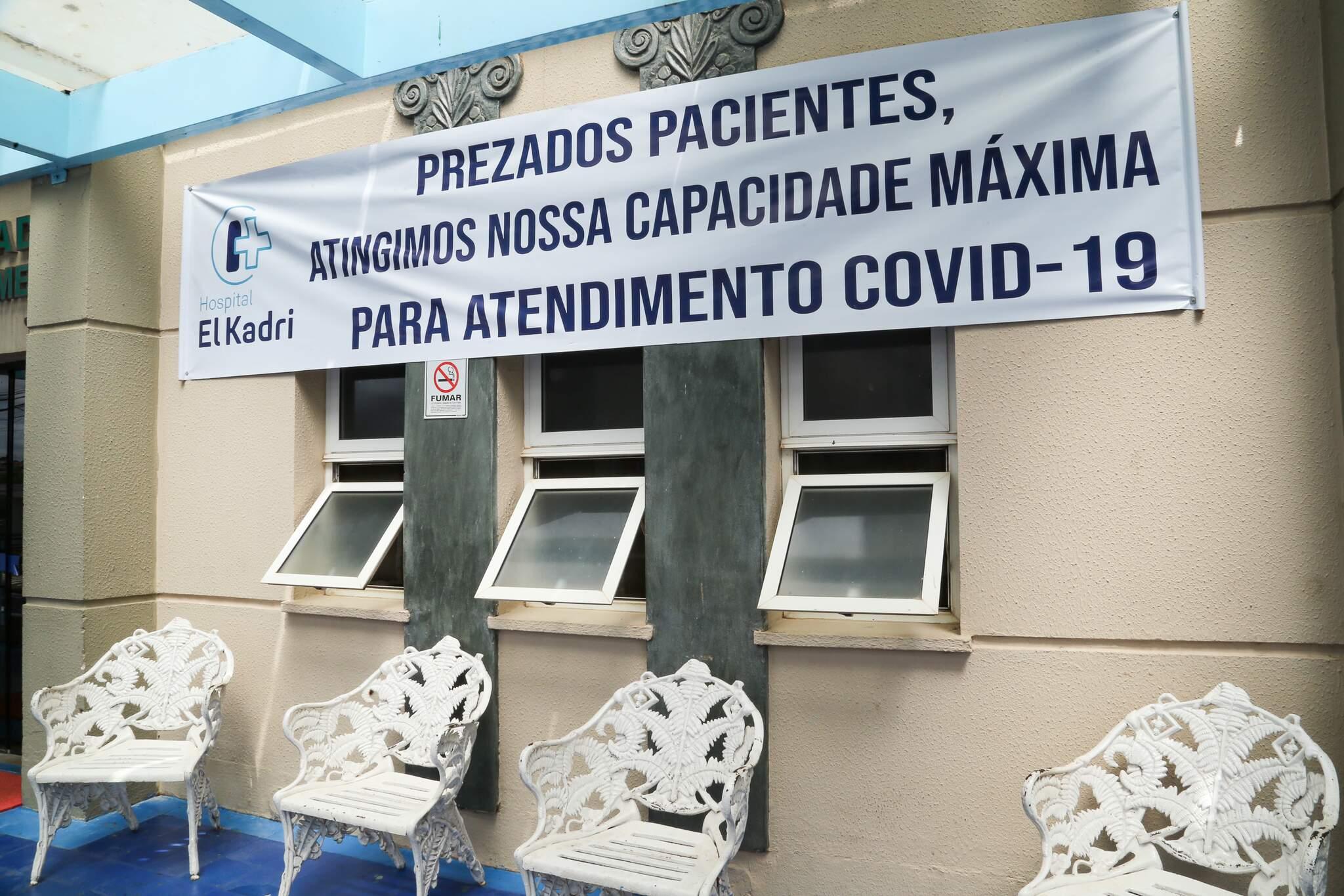 Hospital El Kadri, em Campo Grande, afixou comunicado alertando para falta de vagas na unidade (Foto: Kisie Ainoã)
