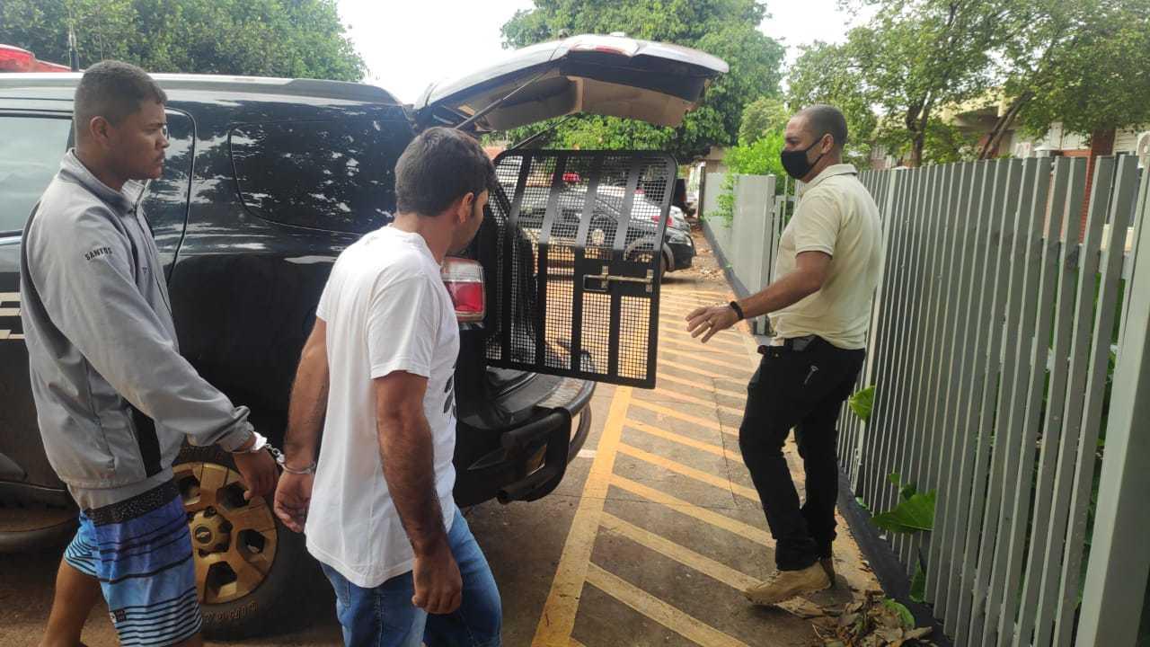 Dois dos 3 presos em entreposto de droga são levados para delegacia (Foto: Adilson Domingos)