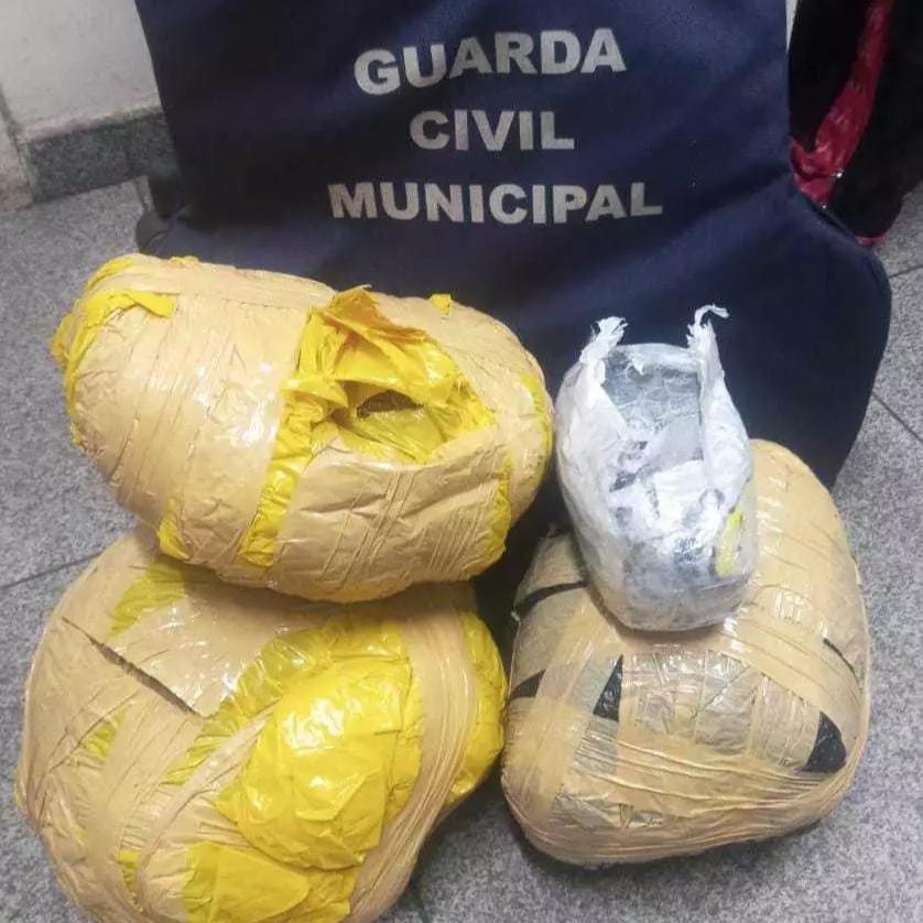 Quase 5 quilos de maconha estavam escondidos em mochilas de passageira (Foto: Divulgação/Guarda Municipal)