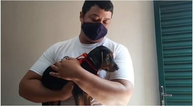 Após série de entrevistas com candidatos a adoção, o animalzinho já está com a nova família (Foto: Reprodução)