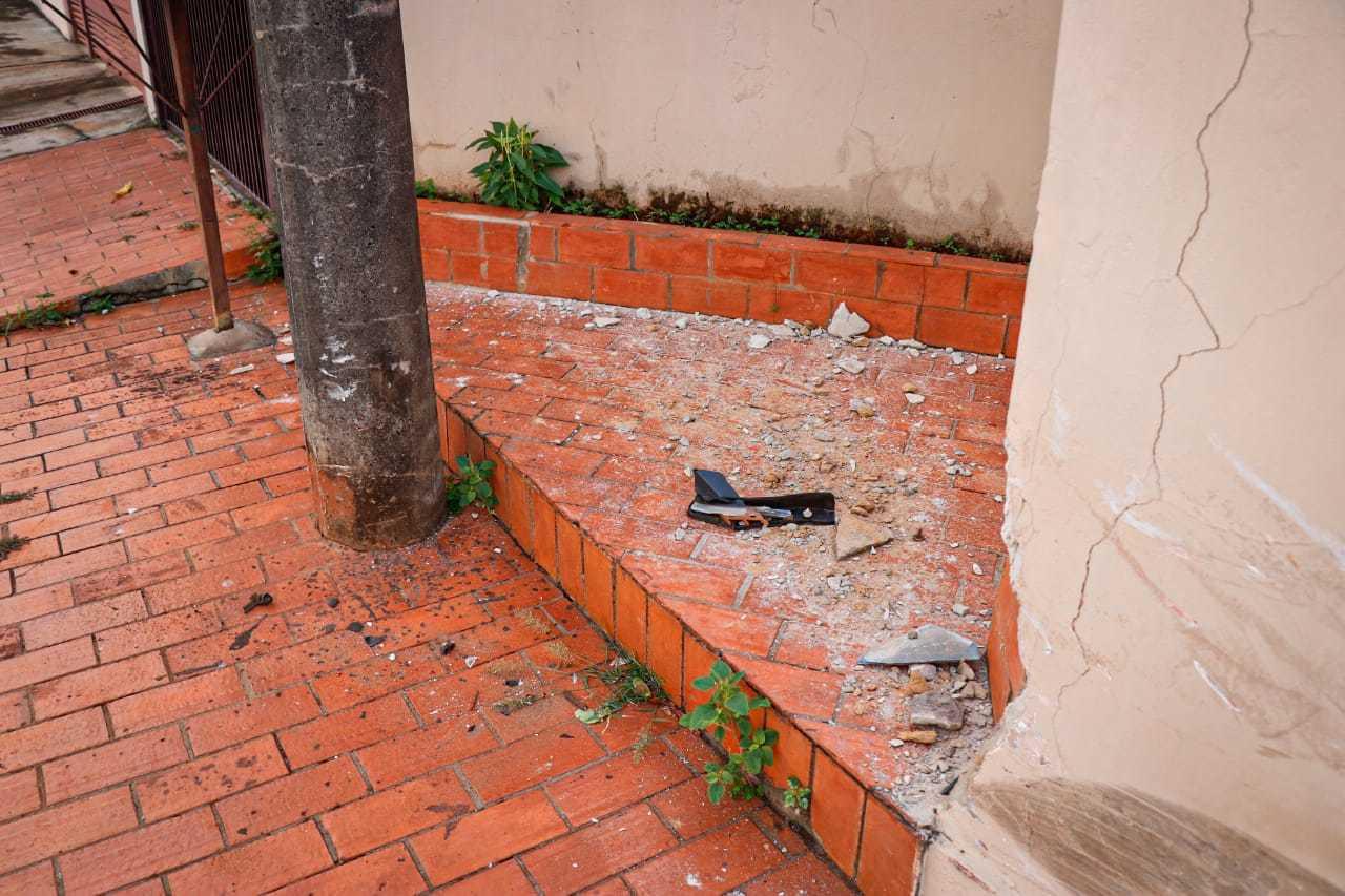 Marcas em poste no local de acidente no Bairro Coophatrabalho (Foto: Henrique Kawaminami)