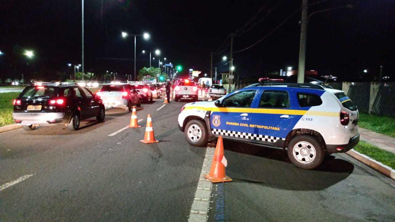 Blitz ontem à noite flagrou várias pessoas nas ruas, em desrespeito ao toque de recolher (Foto/Divulgação)
