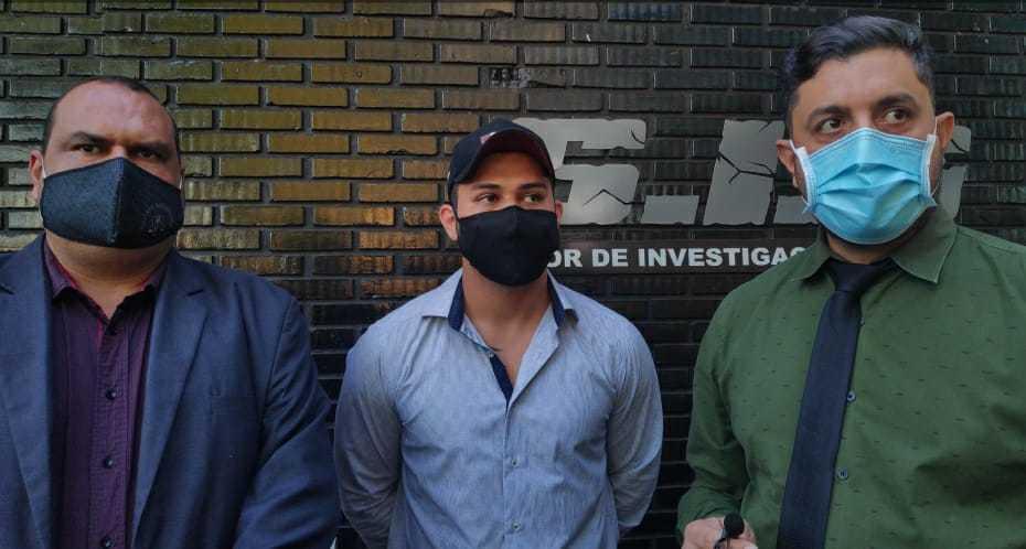 Gustavo Marques entre os advogados após se apresentar (Foto: Adilson Domingos)
