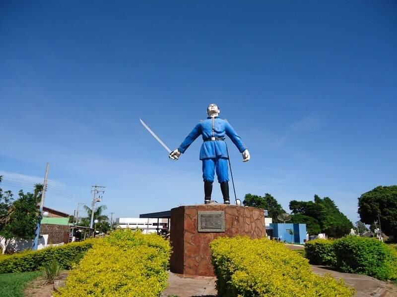 Monumento em homenagem a Antônio João, o herói de guerra. (Foto: Reprodução)