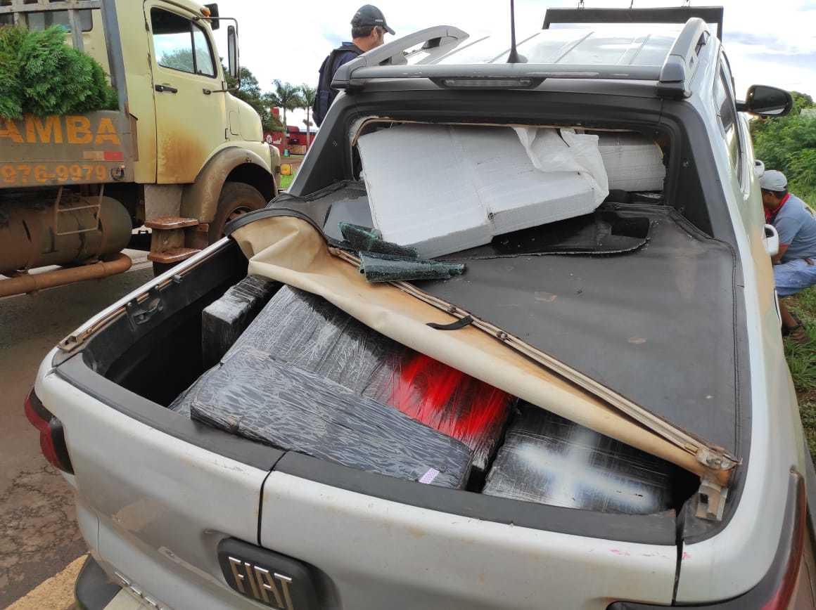 Fiat Toro com maconha é guinchada após ser parada a tiros em rodovia (Foto: Direto das Ruas)