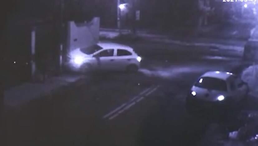 Carro colidido em poste de energia e no muro de residência, após tentativa de roubo (Foto: Direto das Ruas)