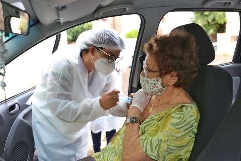 Vacinação de idosos acima de 75 anos ocorre em 7 locais da Capital, neste sábado