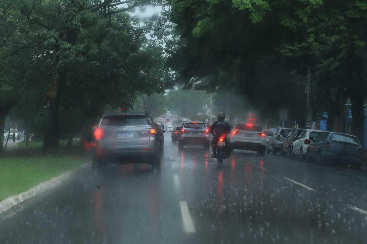 Motoristas tiveram de redobrar atenção, na Avenida Afonso Pena (Foto: Kísie Ainoã)