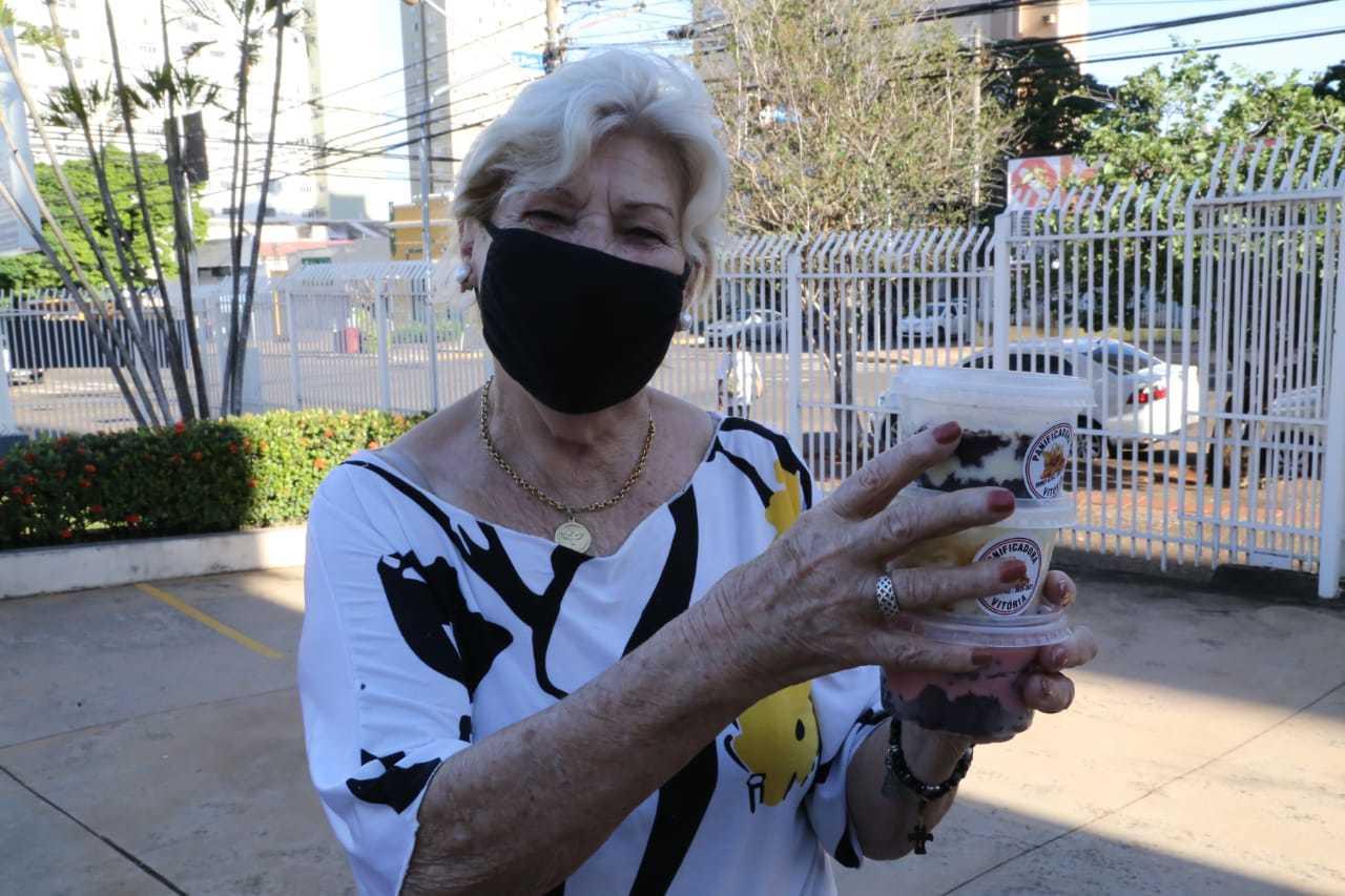 Norma Boscoli, aposentada de 85 anos, estava lvando bolo para ela, filha e neto. (Foto: Kísie Ainoã)