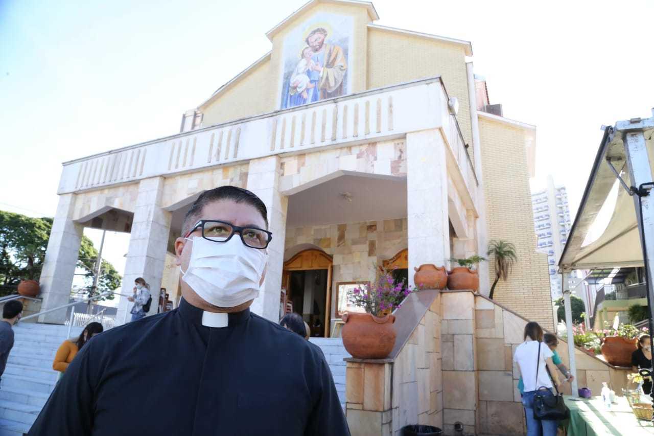 Padre Orlando Knapp, 49 anos, vigário paroquial da igreja, afirma que todas as normas de biossegurança estão sendo tomadas. (Foto: Kísie Ainoã)