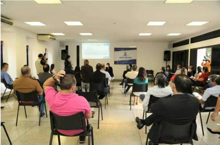 Reunião de Comissão de Enfrentamento à Covid-19 que aconteceu ontem (18), em Campo Grande. (Foto: Kisie Ainoã)