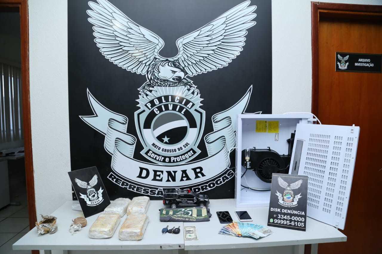 A polícia apreendeu drogas, dinheiro e celulares (Foto: Kisie Ainoã)