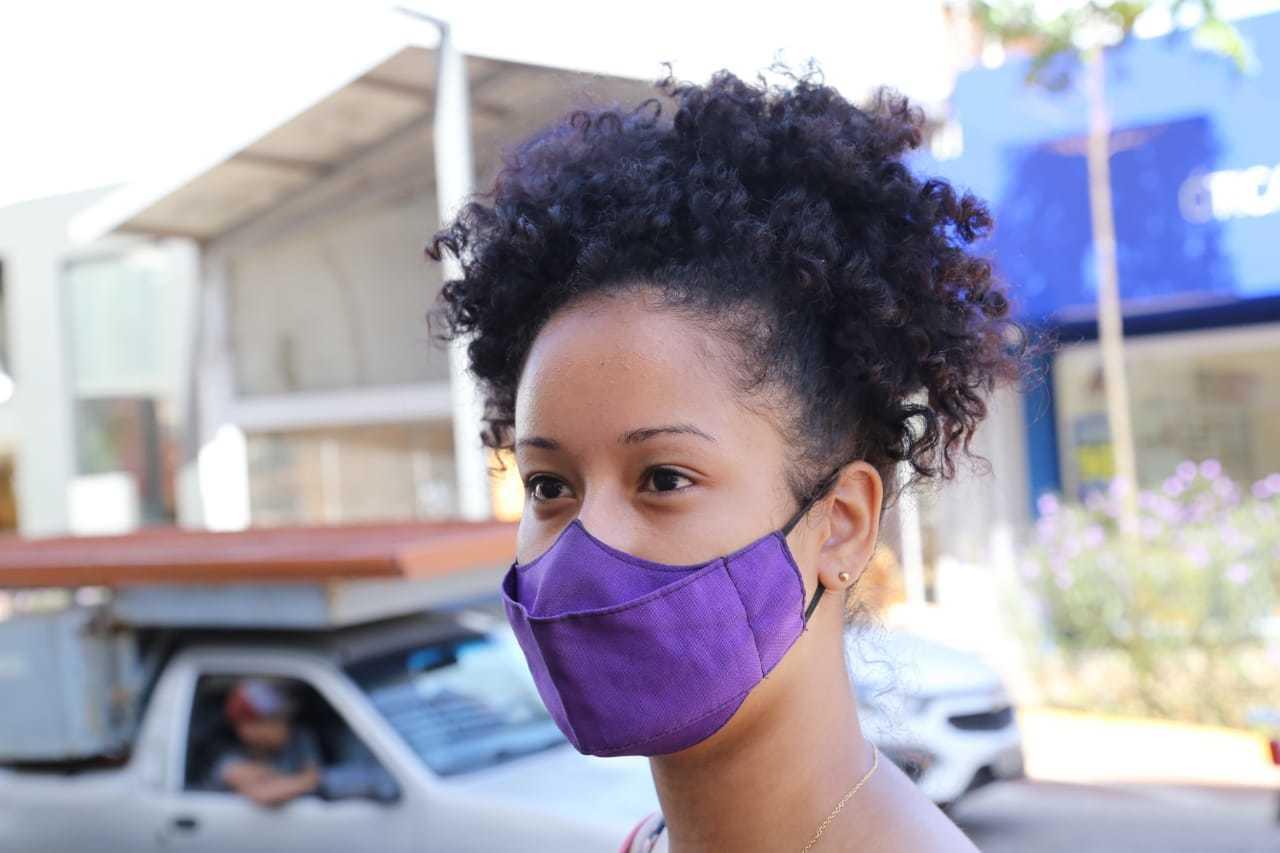 Amanda Dias, de 19 anos, se surpreendeu com baixo movimento no Centro (Foto: Kísie Ainoã)