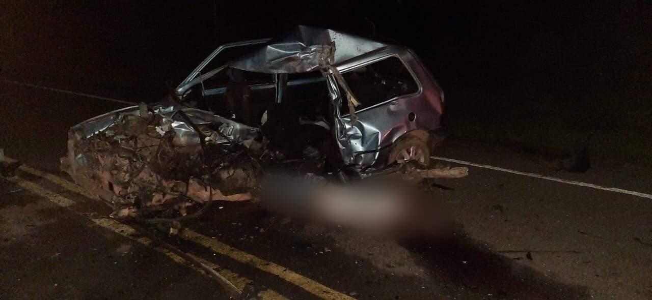 Carro destruído no meio da rodovia MS-080; vítima foi arremessada para fora e caiu na pista (Foto: Sidney Assis)