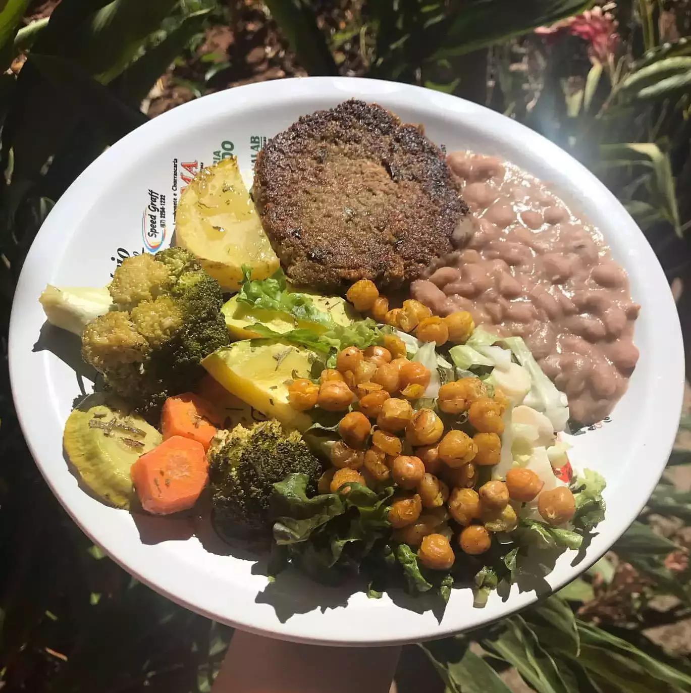 """Prato """"brasileiro"""" de Ellen é versátil, nutritivo e multicolorido; todo dia prepara um diferente (Foto: Arquivo Pessoal)"""