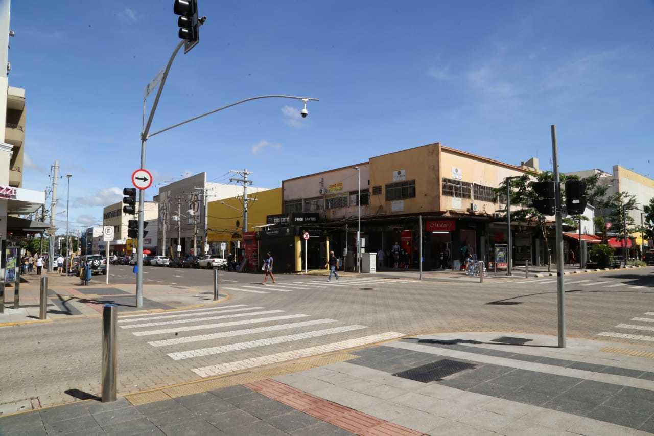 Ruas do Centro estavam pouco movimentadas e maioria dos carros era de funcionários do comércio (Foto: Kísie Ainoã)