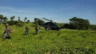 Com armas automáticas, agentes descem em área de cultivo de maconha (Foto: Divulgação)