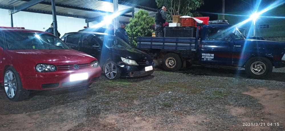 No carro vermelho e preto tinham aparelhos de som enquanto na caminhonete foi encontrado bebidas. (Foto: Divulgação/ PM)