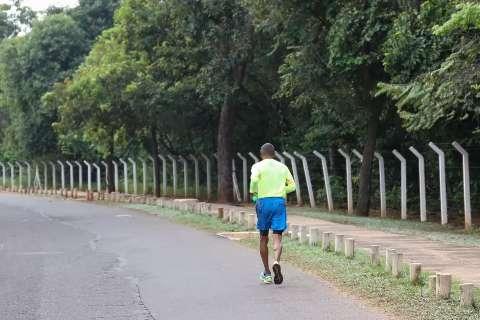 Mesmo com parques fechados, andar ou correr ao ar livre está liberado