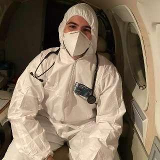 Transportando pacientes por todo País, Gabriel enfrenta a covid no ar