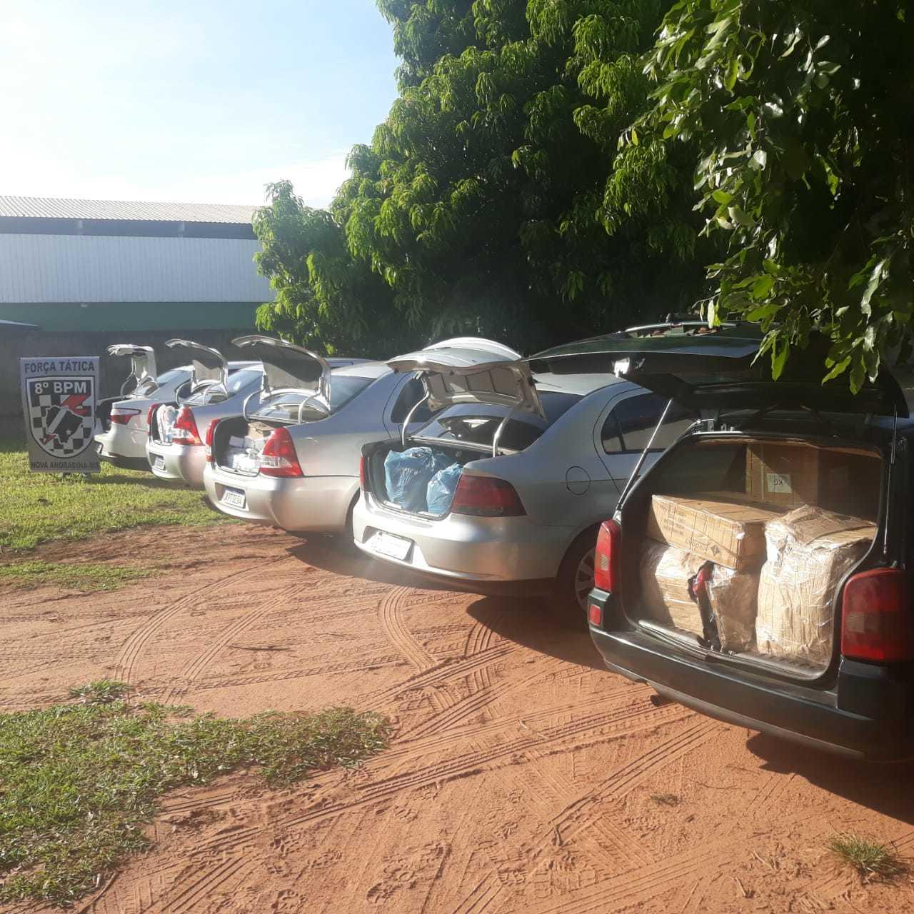 Veículos carregados com mercadorias foram apreendidos pela Polícia Militar. (Foto: Divulgação)
