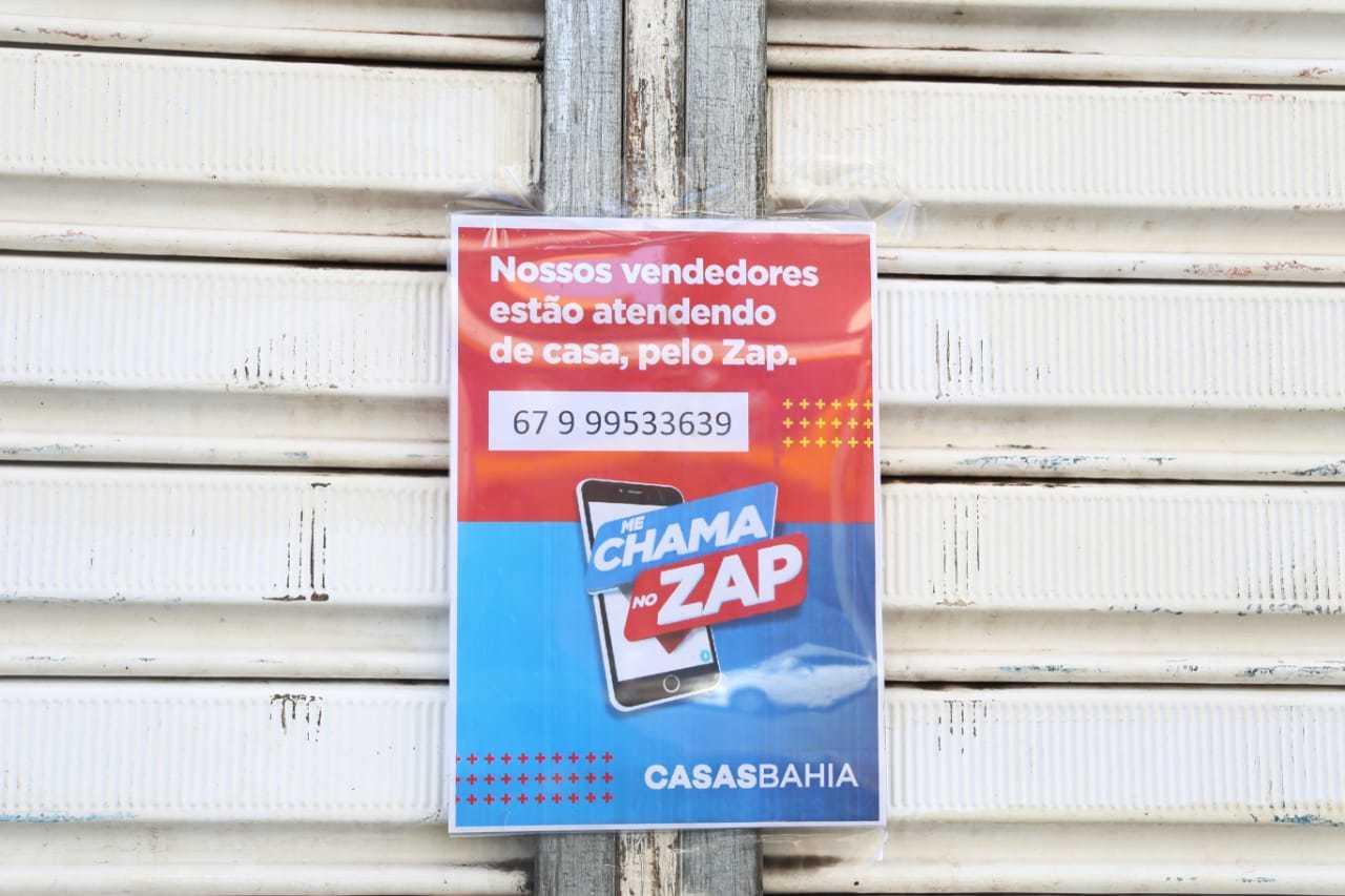 Anúncio na porta das Casas Bahia, também contrariando decreto. (Foto: Paulo Francis)