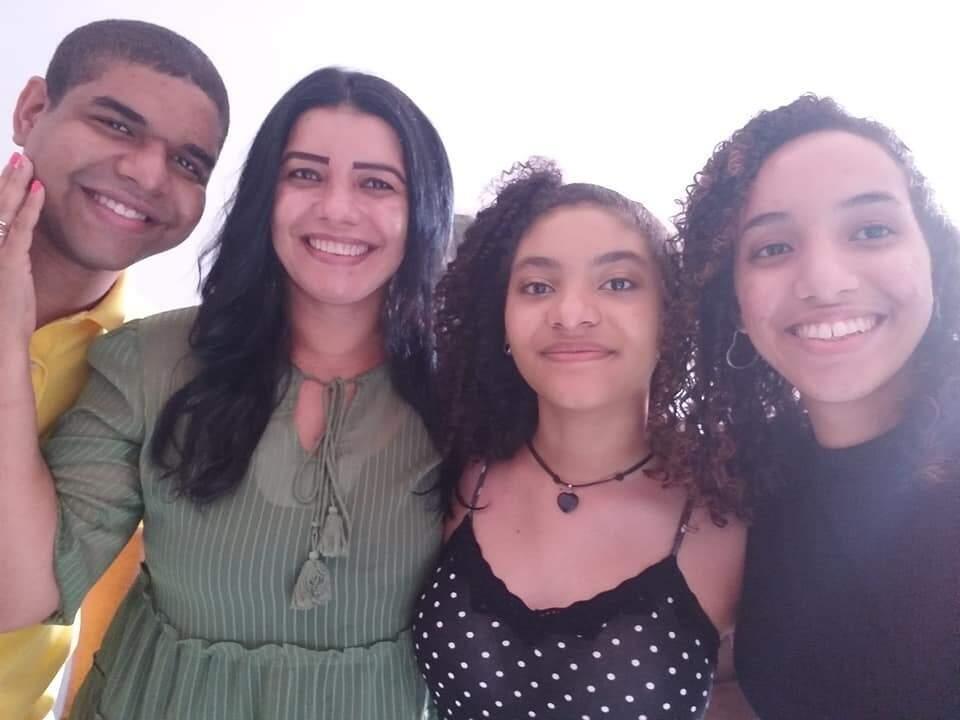 Angela e seus três filhos; a cada um deles, agradeçe por ter recebido forças de querer mudar (Foto: Arquivo Pessoal)