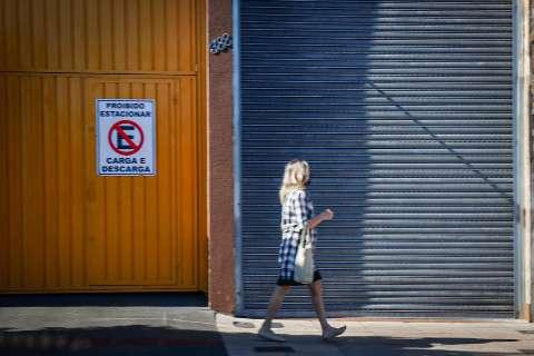 """Lojas fechadas e posto de combustível cheio: a cara do """"feriadão"""" na Capital"""